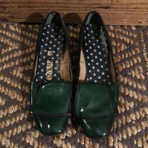 Vintage green patent leather heeled loafers